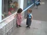 Un corteggiatore un po' troppo insistente! (video divertente)